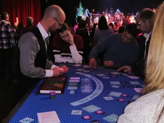 soiree-casino-entreprise-location-table-ultimate-poker-joueurs-groupe-musique-croupier