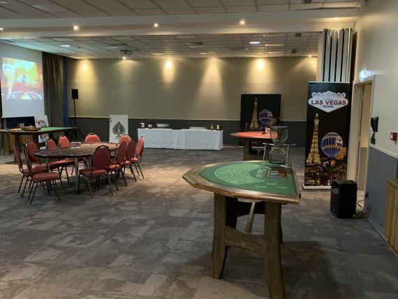 Animation-entreprise-TOTAL-soiree-team-building-jeux-casino-factice-theme-Las-Vegas-tables-jeux-poker-black-jack-chuck-luck.