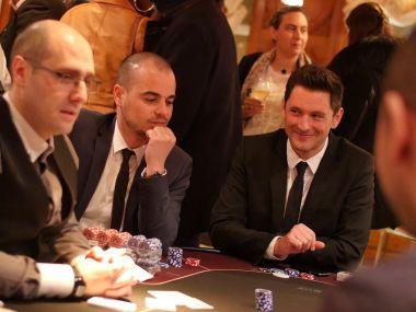 poker-texas-holdem-joueurs-et-animateur