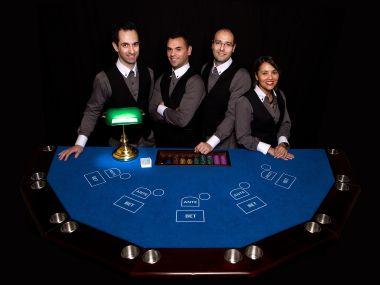 stud-poker-table-et-animateurs