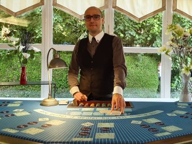 location-tables-casino-ultimate-poker-croupier-cartes