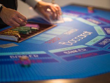 Animation-casino-factice-avec-croupier-table-jeux-baccarat-jetons-cartes
