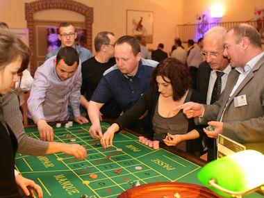 animation-soiree-casino-factice-entreprise-croupiere-table-roulette-joueurs-mise