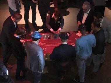 Animation-entreprise-soiree-casino-factice-table-black-jack-joueurs-jetons-mise-croupiere-fetes.
